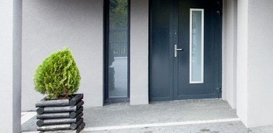blauwe voordeur in pvc materiaal