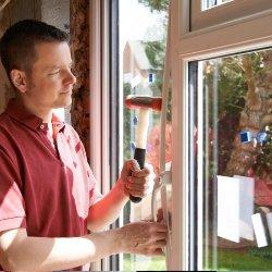 ramen en deuren met een monteur