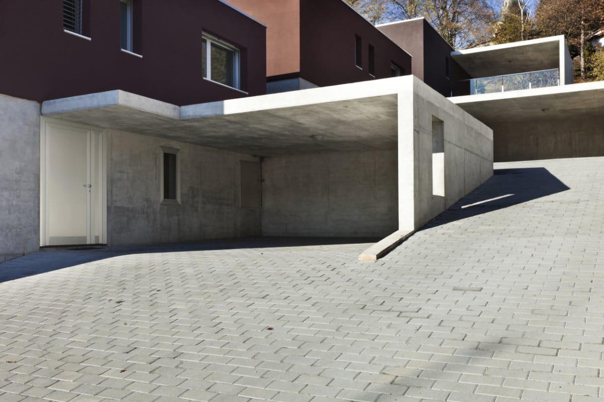 Steile oprit in betonklinkers